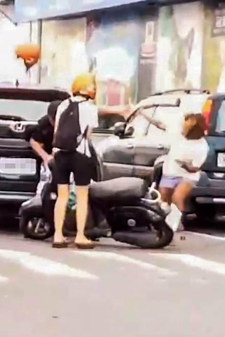 墾丁行車糾紛一句「叭三小」,男女上演砸安全帽、街頭追逐。(記者蔡宗憲翻攝)