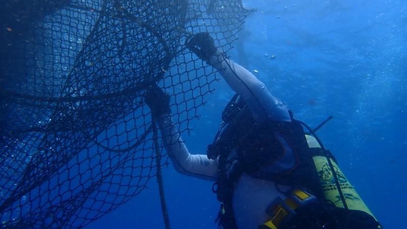 第2季海洋廢棄物清除量,比去年同季暴增。海保署強調,是否跟疫情有關?還要再觀察。圖為清除海底垃圾。(記者洪定宏翻攝)