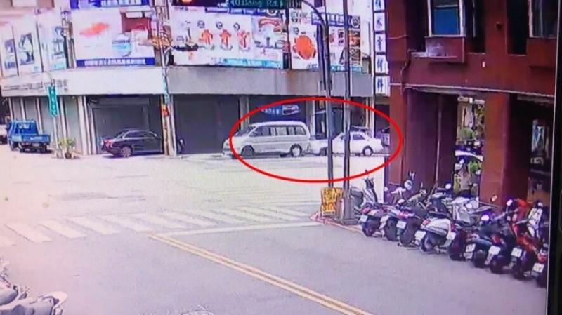 89歲元姓老翁行經大隆路73號附近,4分鐘內一連碰撞2輛路邊停車車輛、與一輛行駛中停等紅燈車輛,隨即肇事逃逸。(記者何宗翰翻攝)