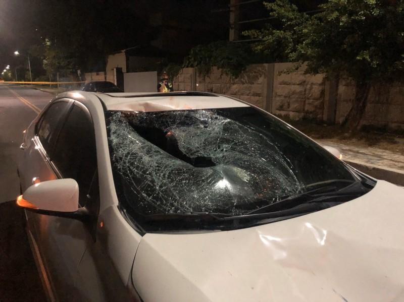 花蓮市美工六街與精美路口附近今天凌晨發生一起汽車撞擊自行車的意外事故,騎自行車的外籍移工當場被撞死。(記者王錦義翻攝)