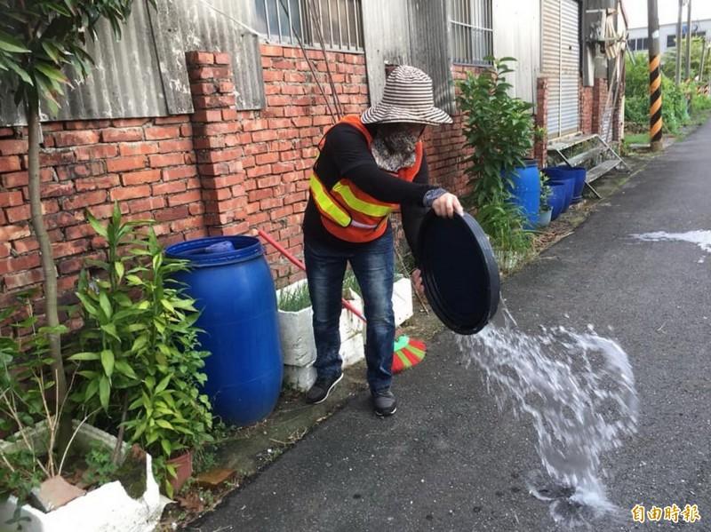 近期常有午後陣雨,積水容器大增,環保局呼籲市民加強住家環境巡檢及孳生源清除工作。(記者蔡文居攝)