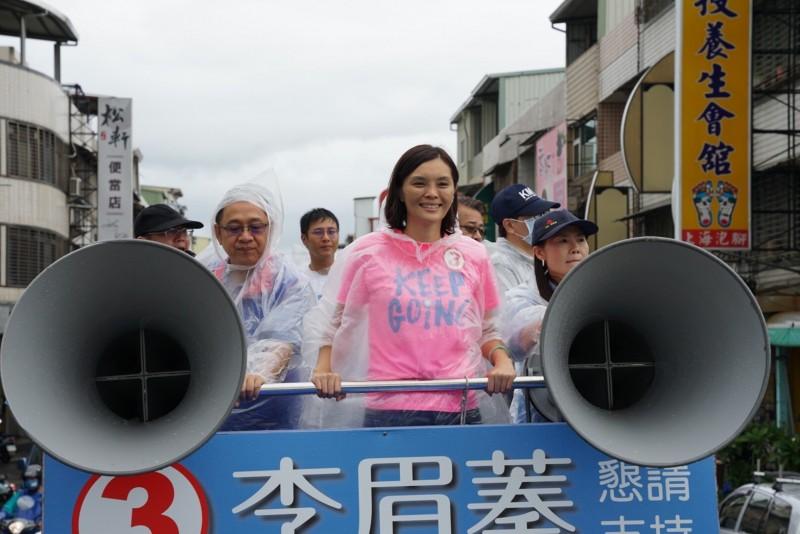 針對封關民調,李眉蓁認為最後民調是8月15日,圖為李眉蓁今天冒雨率車隊在大岡山區遊街。(李眉蓁競總提供)