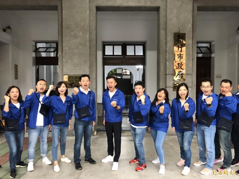 新竹市政府今年10月1日起主辦台灣設計展,市長林智堅今天啟動「設計力,請你幫幫忙」的環島巴士,首站從市府出發,並繞行科學園區,將展開5天6縣市的設計力收集行程。(記者洪美秀攝)