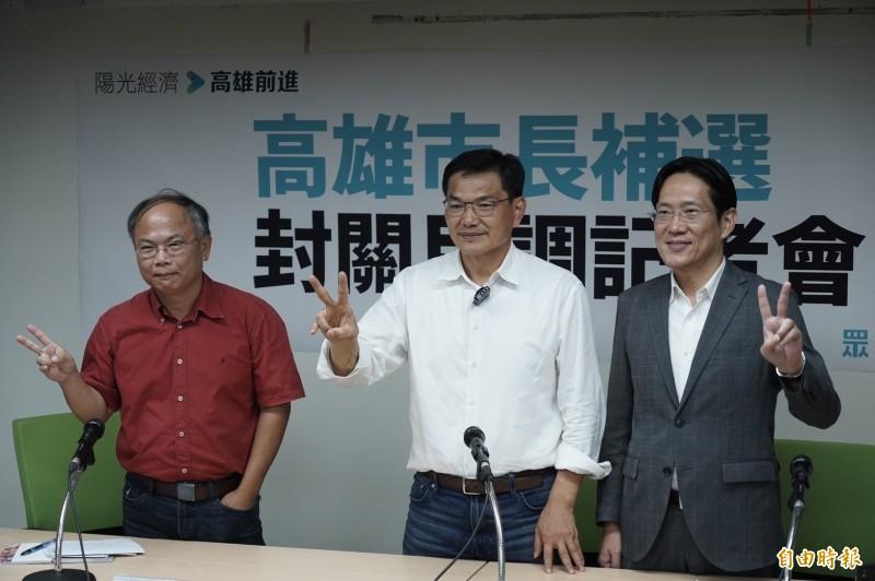 民眾黨高雄市長候選人吳益政(中)在該黨立委張其祿(右)等人陪同下出席民調記者會。(記者涂鉅旻攝)
