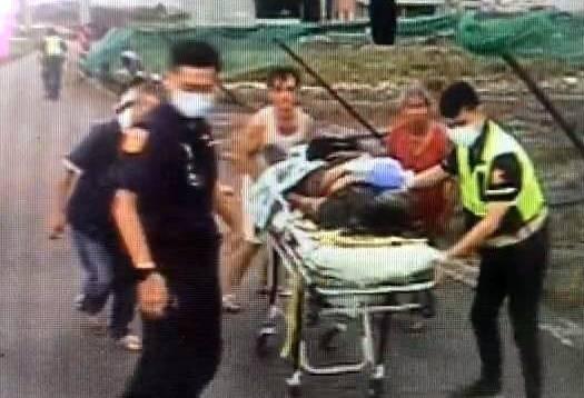 南投縣消防人員將被雷劈中的周姓稻農送醫救治情形。(記者謝介裕翻攝)