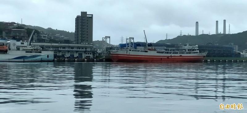颱風「哈格比」逼近台灣海域,台馬之星(左)、台馬輪(右)因海象惡劣,昨天與今天晚間停航,停靠在基隆港西岸碼頭。(記者俞肇福攝)