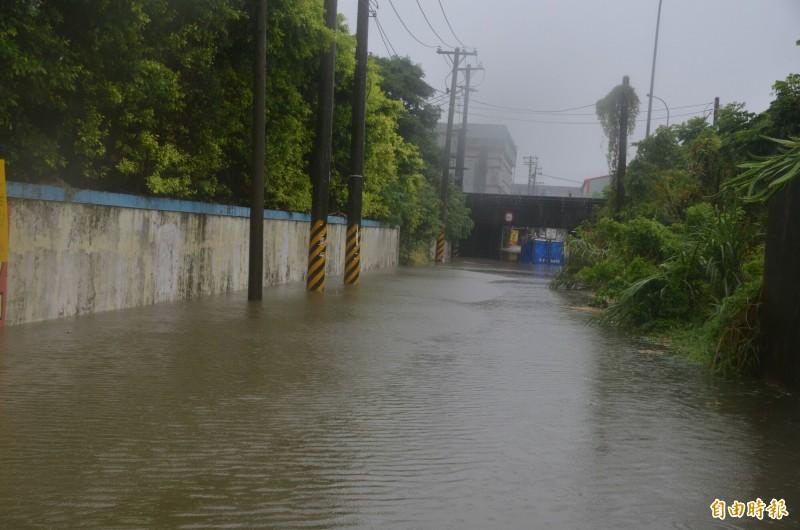 大園區有小貨車行經中正東路一段840巷國道2號涵洞,因積淹水已達1米深無法通過,卡在涵洞動彈不得。(記者鄭淑婷攝)