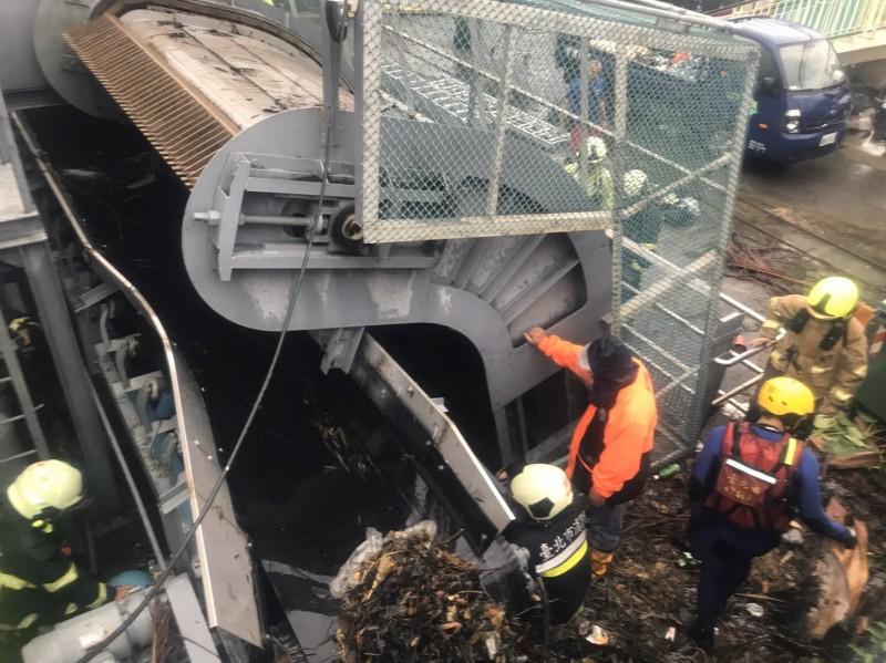 水利處員工掉落抽水站。(記者鄭景議翻攝)