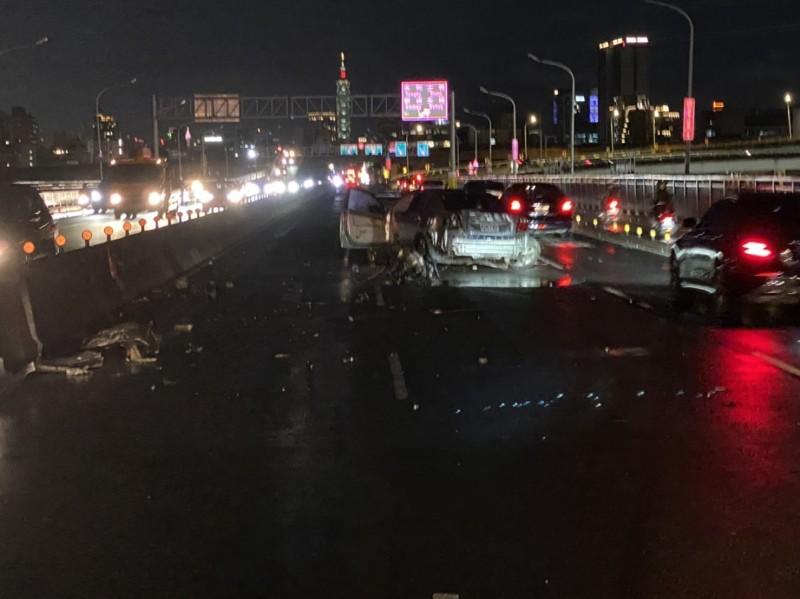 橋面上滿是車輛碎裂零件與碎片。(記者王冠仁翻攝)