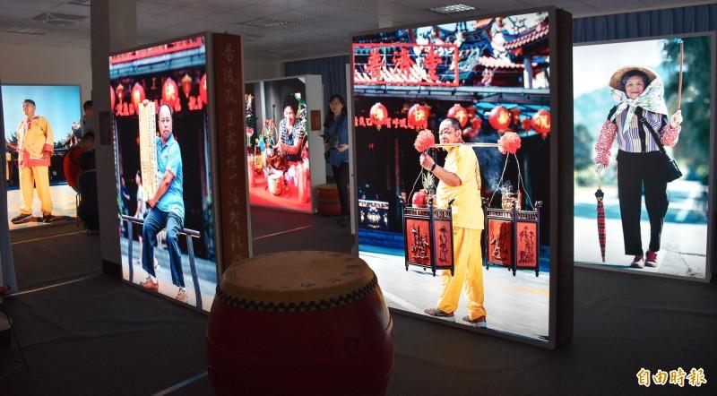 「遶境事務所」特展以燈箱呈現準備遶境事務的各個角色人物故事,透過慶典將天上人間連結起來,讓今年活動更活潑多元。(記者李容萍攝)