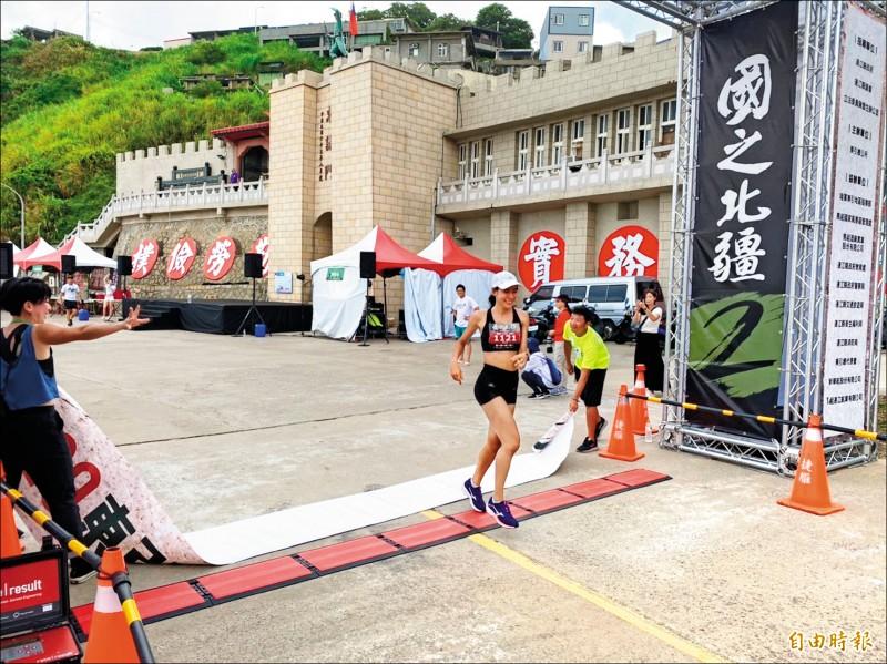 連江縣「東引軍事越野障礙賽」16公里菁英競賽組昨天登場,圖為雷里莎衝抵終點,蟬聯女子組冠軍。(記者俞肇福攝)