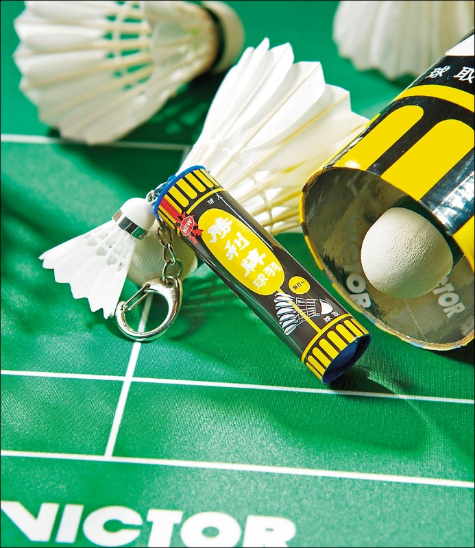 「VICTOR羽球筒造型卡」除了有7.5公分高的羽球筒,還搭配迷你羽球吊飾與鑰匙圈。(悠遊卡公司提供)