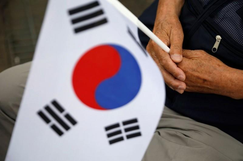 韓國駐紐西蘭金姓副大使涉嫌性騷男職員,最後僅減薪1個月就被調派到菲律賓,目前紐西蘭已要求南韓取消金男的外交豁免權並遣送回紐國受審。(路透)