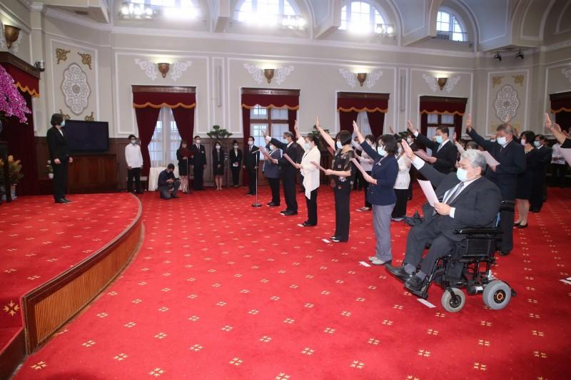 總統蔡英文(左)3日上午在總統府主持第6屆監察院院長、監察委員、新任行政院政務人員、國家安全會議副秘書長及駐外大使宣誓典禮。(中央社)