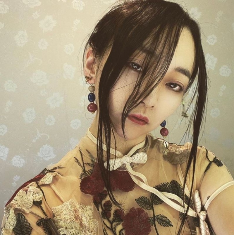 日本正妹作家桐澤多惠穿上性感的中國式旗袍。(圖取自推特@kirisawatae)