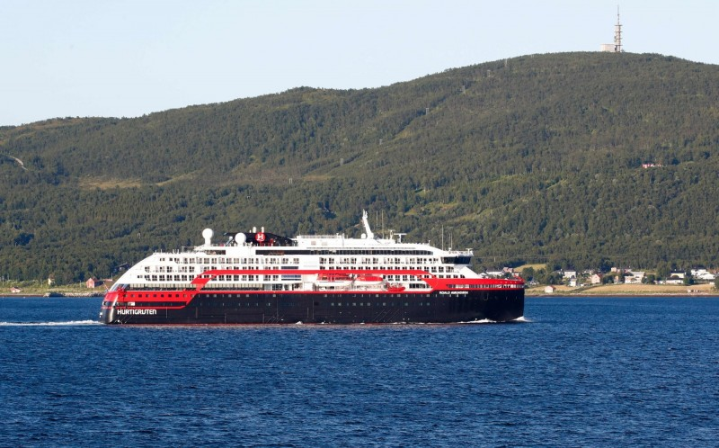 挪威羅爾德·阿蒙森豪華郵輪(Roald Amundsen,圖)一共有36名船員確診武漢肺炎(新型冠狀病毒病,COVID-19),該船和另艘郵輪的北極航程387名旅客已有4人中鏢,當局目前仍然在持續聯繫乘客以獲得檢疫樣本。(法新社)