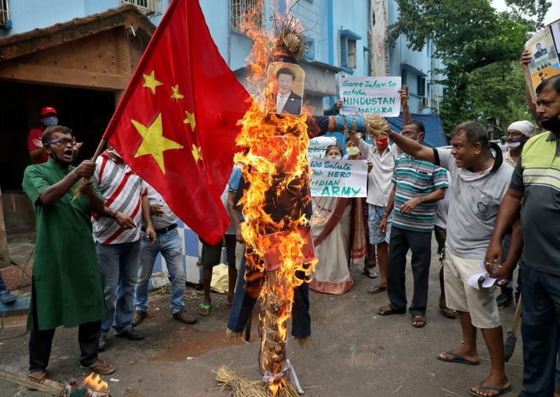 印度示威者在加爾各答街頭點燃中國國旗和中國領導人習近平的照片。(路透社資料照)