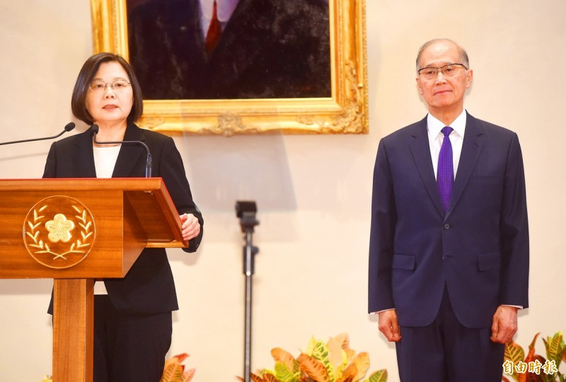 President Tsai Ing-wen, left, announces the appointment of Straits Exchange Foundation Chairman David Lee as Presidential Office secretary-general at a news conference yesterday at the Presidential Office in Taipei.   Photo: Chien Jung-fong, Taipei Times