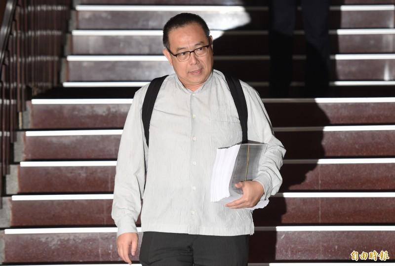 台北地檢署偵辦立委涉收賄案3日晚間訊問結束,法官預定4日最後裁定是否收押;圖為太流前董座李恆隆委任律師杜英達(見圖)庭後受訪。(記者廖振輝攝)