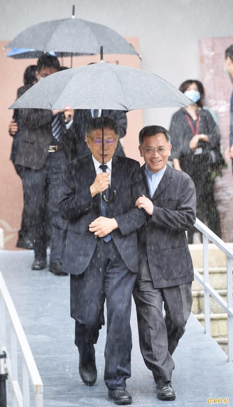 台北市長柯文哲(左)前往台北賓館追悼。(記者劉信德攝)