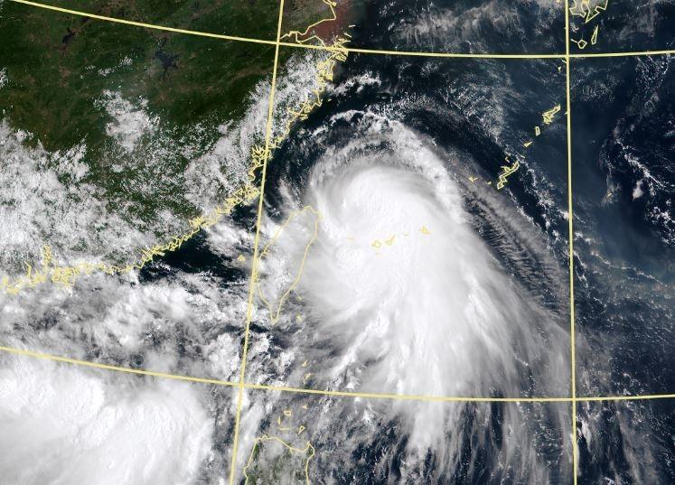 今上午是「哈格比」颱風影響台灣最大的時刻,南北都有顯著雨勢。(圖擷自中央氣象局)