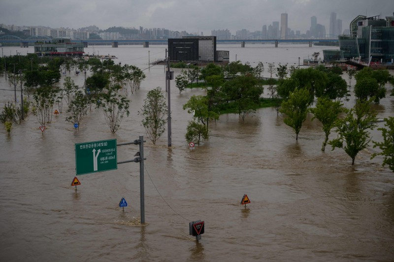 南韓近期頻頻遭豪大雨侵襲,8月初南韓中部地區又出現豪大雨災情,截至南韓時間今天(8月3日)下午4點30分(台灣時間下午3點30分),已造成12人死亡14人失蹤。(法新社)