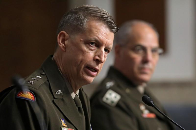 美國陸軍國民警衛隊(國民兵)宣布,將把大部分的旅級部隊納入8個師部的指揮下,並且將現役的10個師擴編至18個師。圖為美國國民兵局長霍坎森上將(左)。(歐新社)