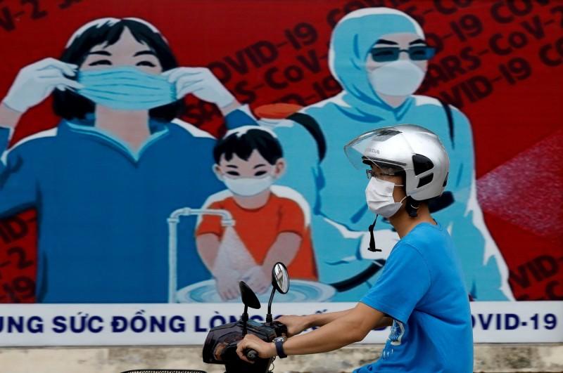越南「峴港」疫情中有4名感染者分別在不同的工廠工作,且分散在不同的工業園區內,圖中人物非當事人。(路透)