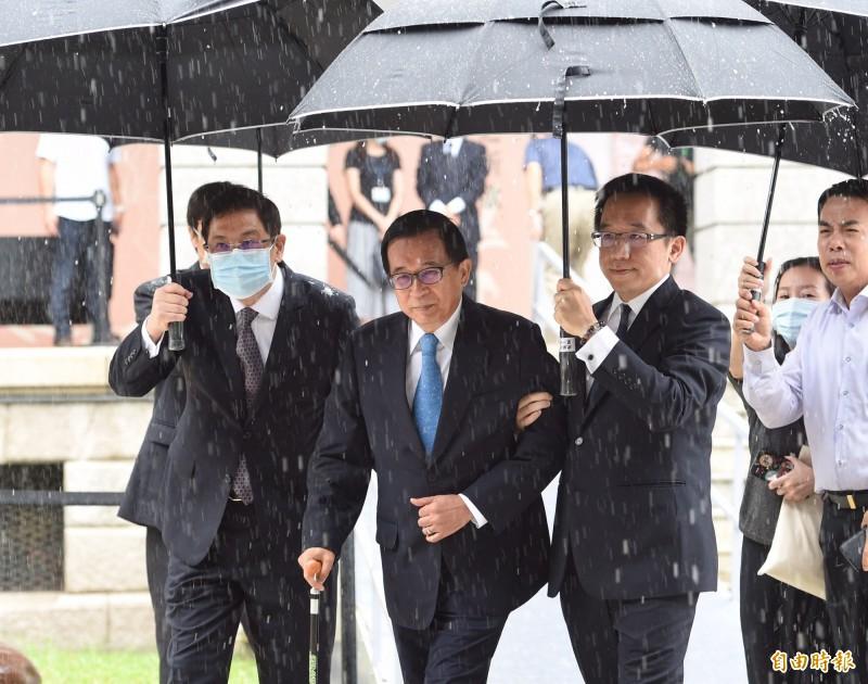 前總統陳水扁(前中)赴台北賓館弔唁李登輝前總統。(記者劉信德攝)