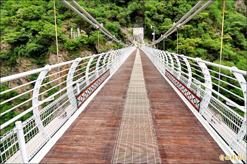 山月吊橋兩側設有風速器,隨時監控溪谷風速狀況,橋面則設柵欄,可透視溪谷奇石,也有透風效果。(記者游太郎攝)