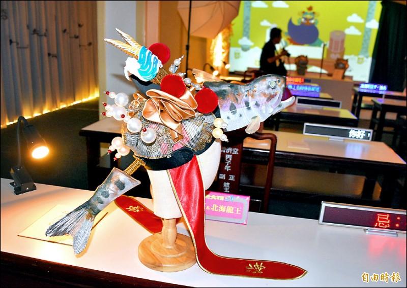 「天界慶生會」展場的「三牲獻藝」展品,是設計師李育昇以台灣神獸系列發想,用櫻花鉤吻鮭形象創作。(記者李容萍攝)