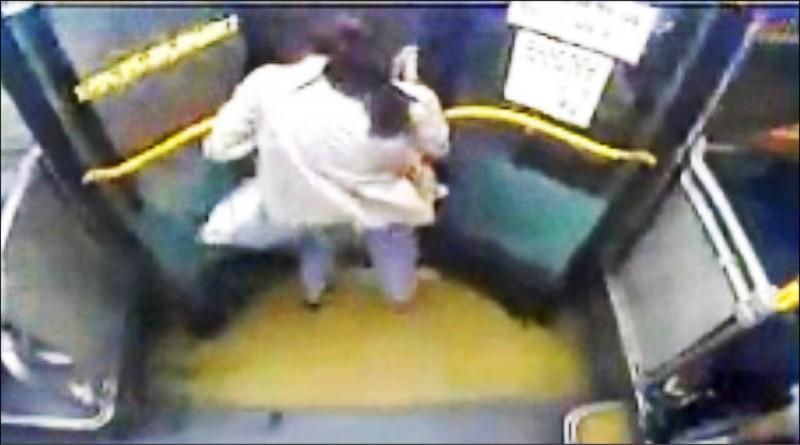 邱女頭部被公車門夾住,呈現人在車上、頭在車外。(記者歐素美翻攝)