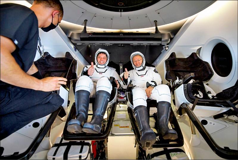 美國「太空探索科技公司」(SpaceX)太空船「飛龍奮進號」,搭載兩名美國國家航太總署太空人返回地球。(路透)