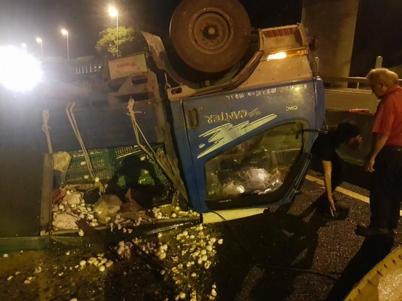 國道三號嘉義段今天凌晨發生汽車撞上小貨車車禍。(記者林宜樟翻攝)