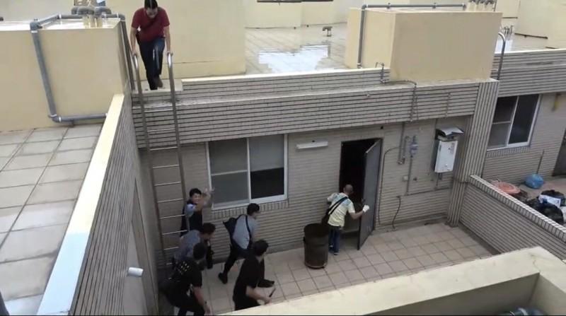 警方從頂樓,進入茶行搜索。(記者洪定宏翻攝)