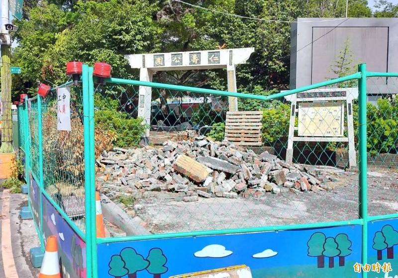 南投市仁壽公園施工全面封閉出入口情形。(記者謝介裕攝)