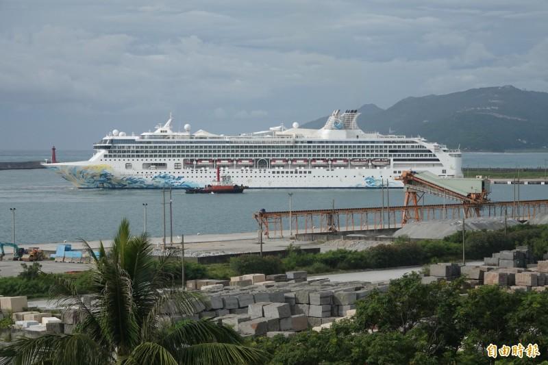 拜颱風所賜,花蓮港意外迎來今年首艘「探索夢號」郵輪。(記者游太郎攝)
