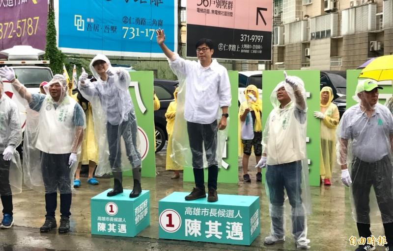 陳其邁冒雨站在路口拉票,盼能衝高投票率。(記者洪臣宏攝)