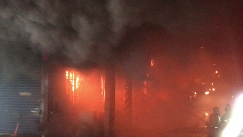 花蓮市中央路三段上一排鐵皮工廠,今天凌晨2點多傳出火警,因現場堆放大量可燃物品,火勢一發不可收拾,火舌直衝天際還伴隨陣陣的爆炸聲。(記者王錦義翻攝)