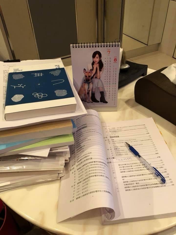 民進黨台北市議員許淑華趁著深夜寫論文,她笑說這陣子黑眼圈很重。(議員許淑華提供)