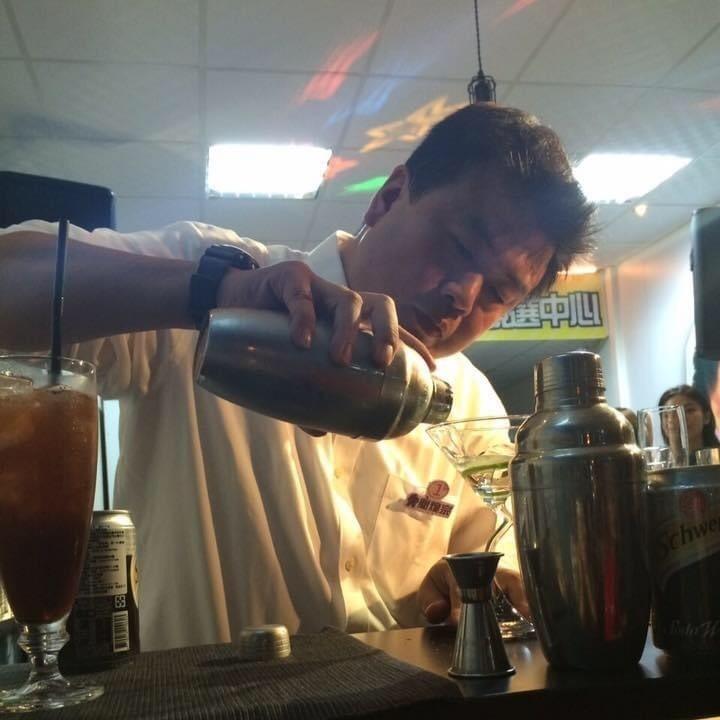 李眉蓁倡議高雄推動蘭姆酒產業,簡煥宗認為根本不合乎高雄發展。(記者王榮祥翻攝)