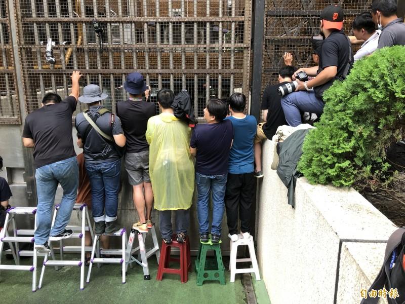 台北地方法院4日下午裁定立委蘇震清、廖國棟和陳超明收押禁見、前立委徐永明80萬交保。 消息傳出後,多家媒體攝影記者在北院囚車道門口卡位,準備拍攝立委上銬移送看守所的畫面,不少記者表示,囚車道上次有如此「盛況」,大概要追溯扁案時期,晚到的攝影記者只能在第二排插縫隙拍攝了。(記者羅沛德攝)
