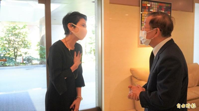 台裔參議員蓮舫今天前來駐日代表處悼念李前總統,並向駐日代表謝長廷致意。(記者林翠儀攝)