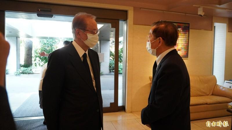 日本前首相福田康夫向駐日代表謝長廷致意。(記者林翠儀攝)