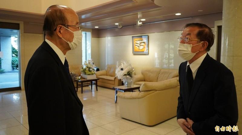 和李前總統私交甚篤的內閣官房副長官杉田和博在悼念李前總統後向謝長廷致意。(記者林翠儀攝)