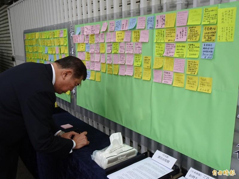 被視為是安倍之後擔任日本首相熱門人選之一的眾議員石破茂,今早到代表處悼念李前總統,並在紀念李前總統的留言板上留言。 (記者林翠儀攝)