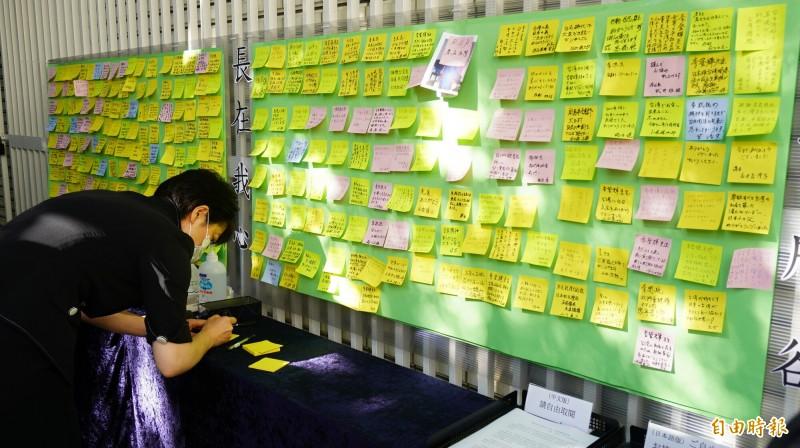 駐日代表處設置紀念李前總統的留言板讓前來悼念的訪賓留言,兩天來已貼滿了4大張。(記者林翠儀攝)