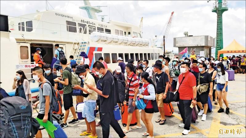 候船室空無一人,與暑期旅遊旺季以來,大批旅客搭船的盛況,形成強烈對比。(資料照,記者陳賢義攝)