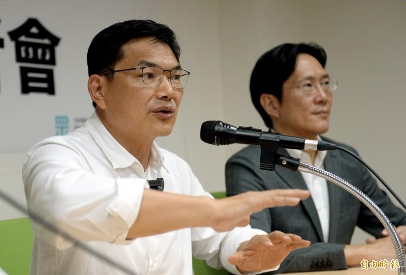 民眾黨高雄市長補選候選人吳益政(左),今天接受電台專訪時直指政治之路要守得住不容易,「堅持政治清廉是最初的起點」。(資料照)