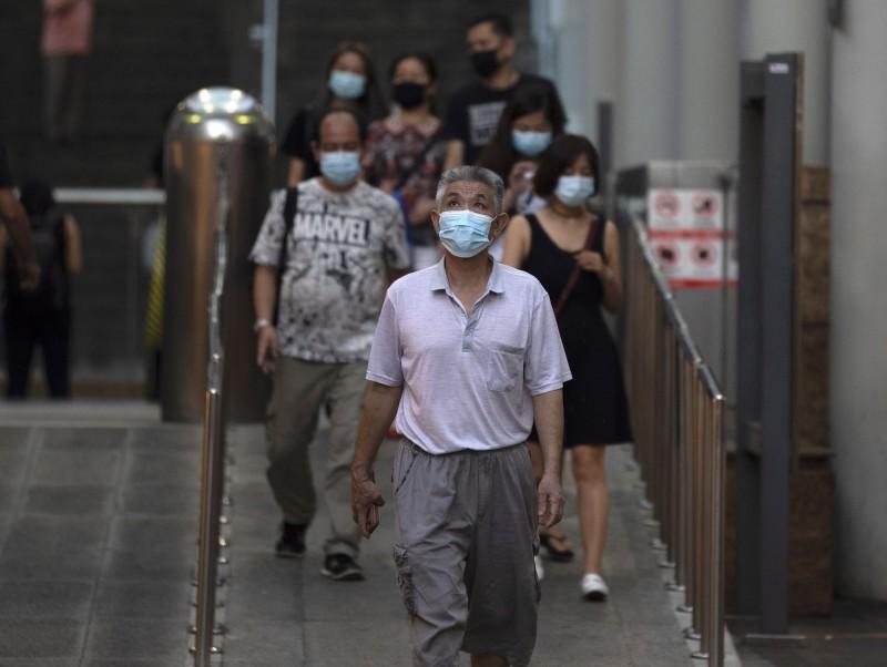 新加坡政府3日宣布,自本月11日起所有不在指定設施居家檢疫的入境人士,均須佩戴電子追蹤器。(歐新社)